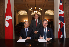 The Secretary for Transport and Housing and Chairman of the Hong Kong Maritime and Port Board, Mr Frank Chan Fan (left), signs a Memorandum of Understanding (MoU) with the Chairman of Maritime London, Lord Jeffrey Mountevans (right), on September 12 (London time). The signing ceremony was witnessed by the Minister of State at the Department for Transport of the United Kingdom, Mr John Hayes (centre).